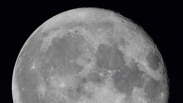 Луна из иллюминатора Международной космической станции