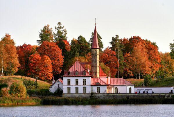 Приоратский дворец на берегу Черного озера в Гатчине Ленинградской области