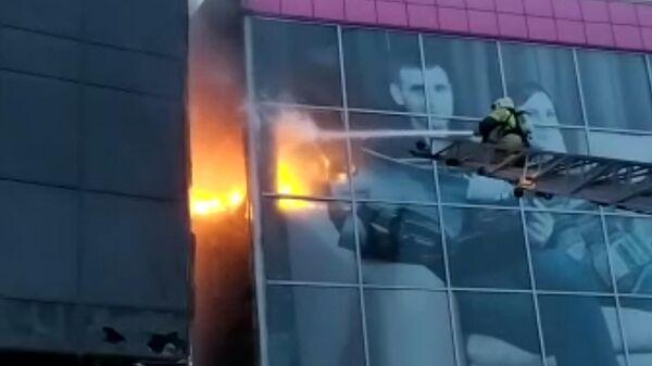 Фасад гостиницы загорелся в Новосибирске