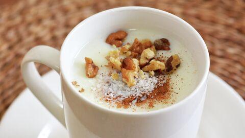 Напиток Салеп с измельченными кокосовыми орехами, толчеными орехами и щепоткой корицы