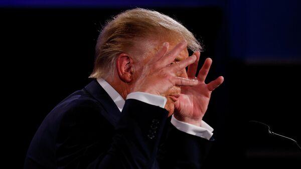Президент Дональд Трамп США во время дебатов с Джо Байденом в Кливленде, штат Огайо