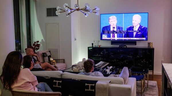 Жители Нью-Йорка смотрят трансляцию дебатов действующего президента США Дональда Трампа и кандидата в президенты США Джо Байдена