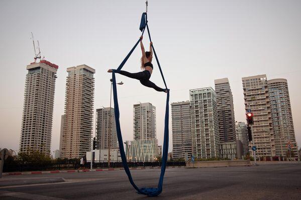 Израильский акробат выступает во время еврейского праздника Йом-Кипур в Тель-Авиве, Израиль