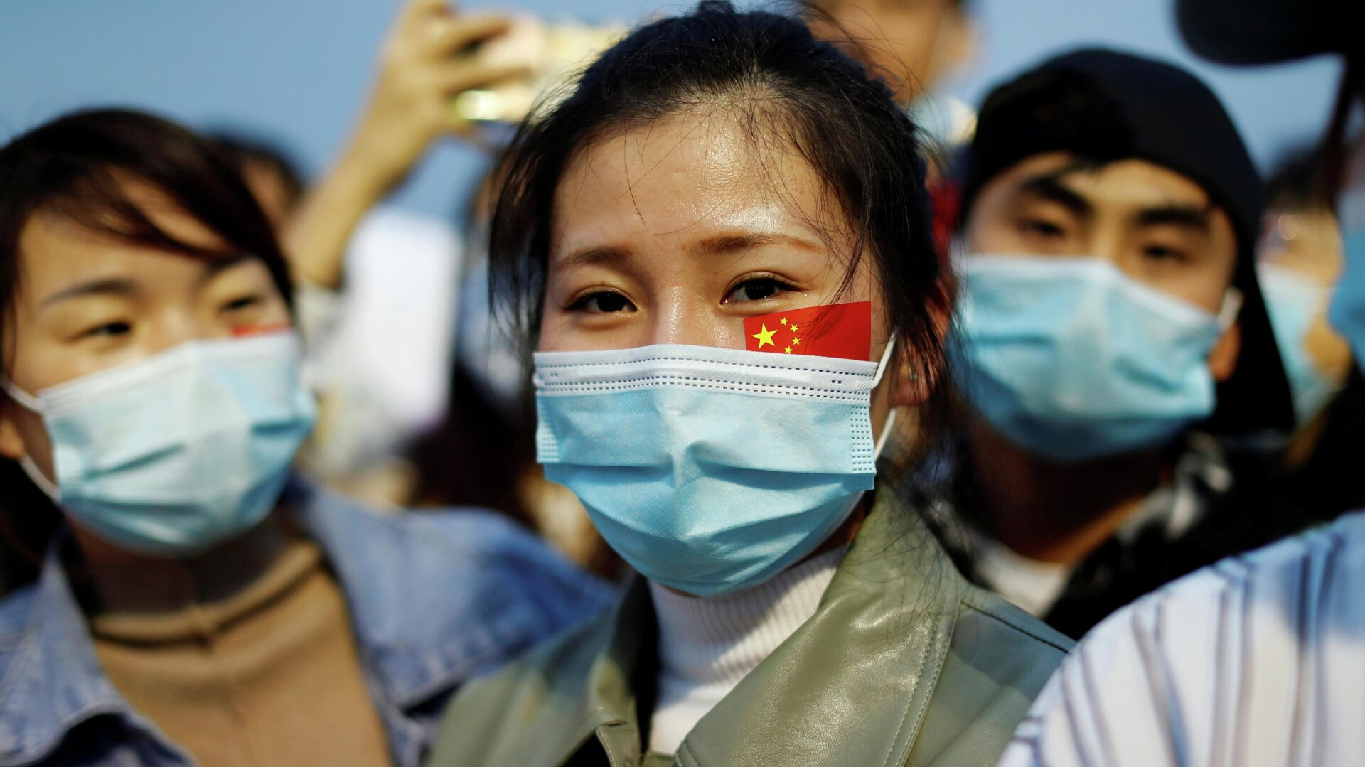 Люди в защитных масках на церемонии поднятия государственного флага на площади Тяньаньмэнь по случаю 71-й годовщины образования КНР - РИА Новости, 1920, 09.10.2020