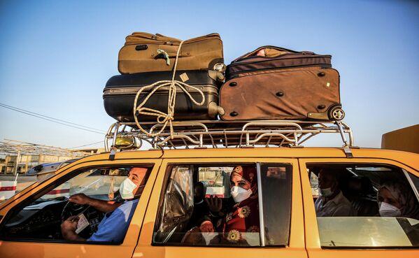 Автомобиль службы такси на КПП Рафиах на границе Египта и Сектора Газа