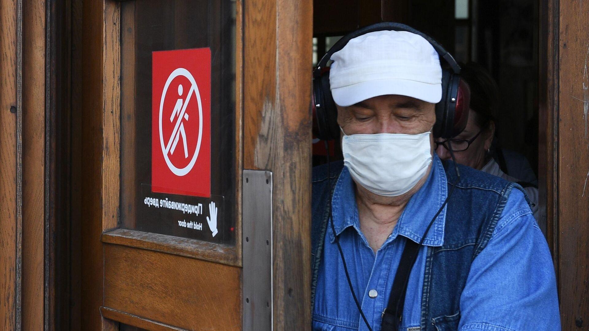 Пожилой мужчина в медицинской маске выходит из вестибюля станции метро Парк культуры в Москве - РИА Новости, 1920, 13.10.2020