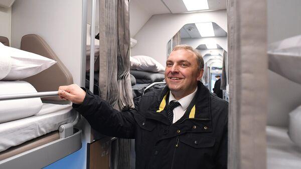Директор по пассажирским перевозкам ОАО РЖД Дмитрий Пегов в павильоне с макетом нового плацкартного вагона