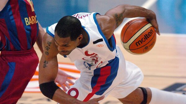 CSKA Moscow's David Vanterpool vies in the semifinal match at the Final Four Euroleague Basketball match between Spain's Winthertur F.C. Barcelona and CSKA Moscow in Prague on 28 April 2006.CSKA Moscow won and will meet in the final with Maccabi TelAviv. AFP PHOTO/MICHAL CIZEK (Photo by MICHAL CIZEK / AFP)