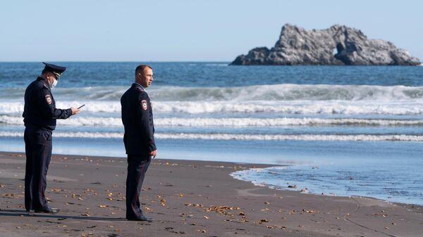 Сотрудники УМВД Камчатского края во время оперативно-разыскных мероприятий на месте предполагаемого происшествия на Халактырском пляже на Камчатке