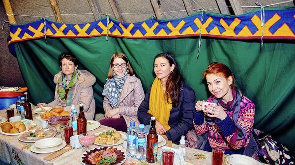Участники конкурса Мастера гостеприимства на ужине в чуме