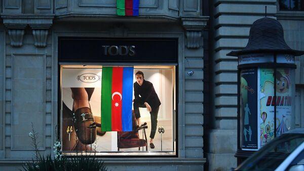 Флаг Азербайджана, вывешенный в витрине магазина в Баку
