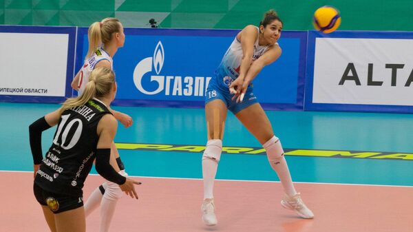 Волейболистка московского Динамо Наталия Перейра (в центре)