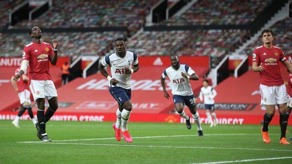 Футболисты Тоттенхэма радуются забитому мячу в ворота Манчестер Юнайтед