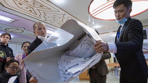 Члены участковой избирательной комиссии подсчитывают бюллетени на избирательном участке в Бишкеке