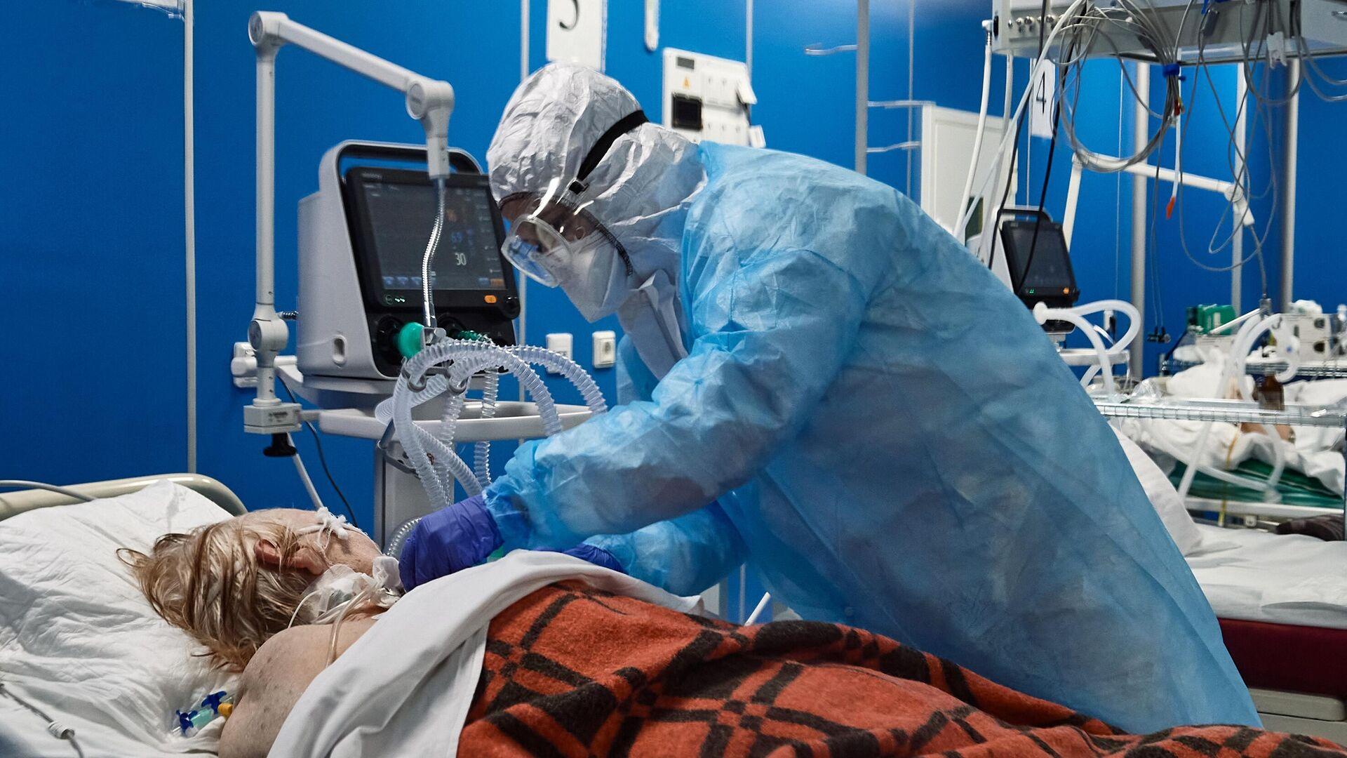 Врач и пациент в отделении реанимации и интенсивной терапии госпиталя COVID-19 в больнице Святого Георгия в Санкт-Петербурге - РИА Новости, 1920, 15.11.2020