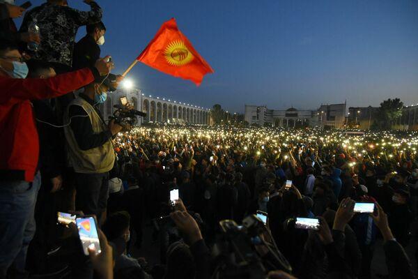 Участники митинга на площади Ала-Тоо в Бишкеке включили встроенные в смартфоны фонарики