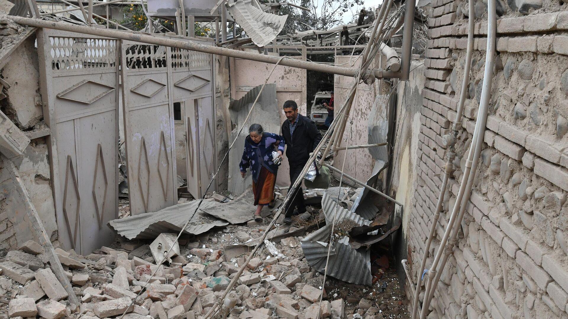 Жители дома, разрушенного в результате обстрела города Гянджа - РИА Новости, 1920, 05.10.2020