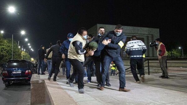Сотрудники правоохранительных органов задерживают участников акции протеста в Бишкеке. Протестующие требуют аннулировать итоги парламентских выборов