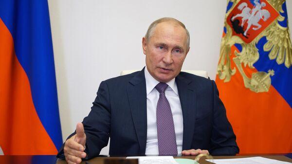 Президент РФ Владимир Путин во время встречи в режиме видеоконференции с руководителями фракций в Государственной думе