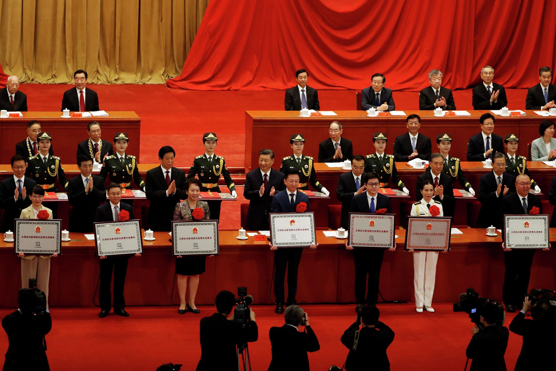 Председатель КНР Си Цзиньпин во время церемонии награждения лиц и коллективов за вклад в борьбу с эпидемией COVID-19 в Доме народных собраний в Пекине - РИА Новости, 1920, 07.10.2020