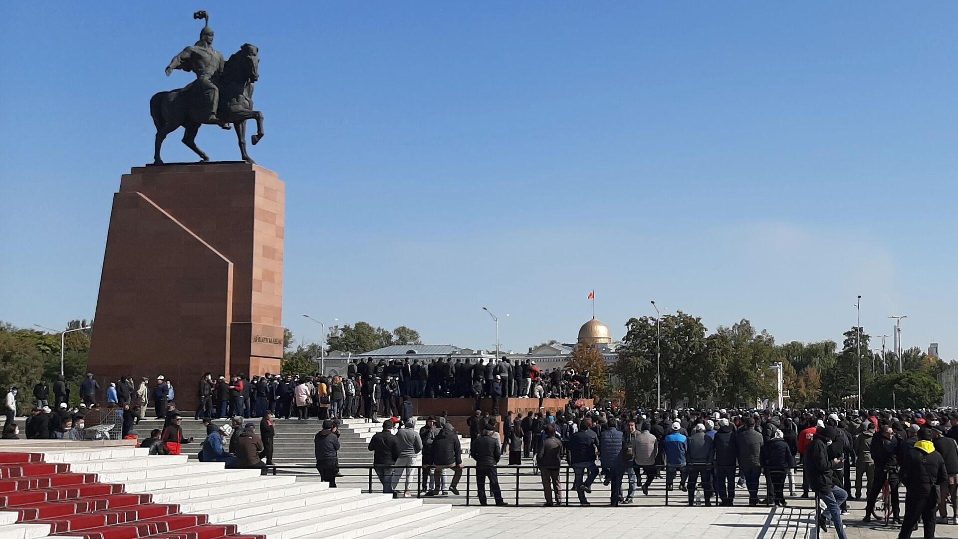 Участники акции протеста на центральной площади Ала-Тоо в Бишкеке - РИА Новости, 1920, 07.10.2020
