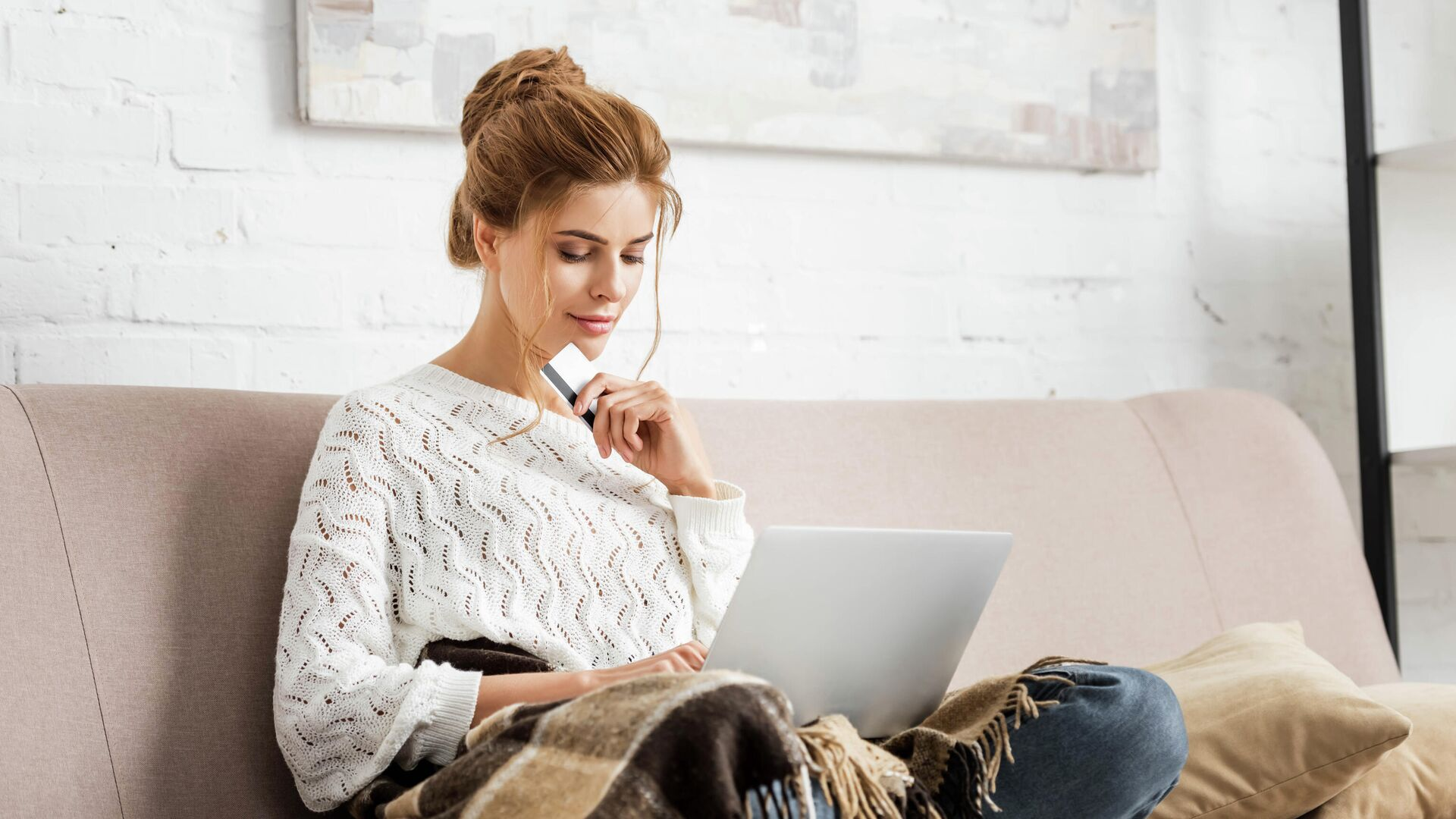 Девушка делает онлайн-покупки - РИА Новости, 1920, 04.02.2021