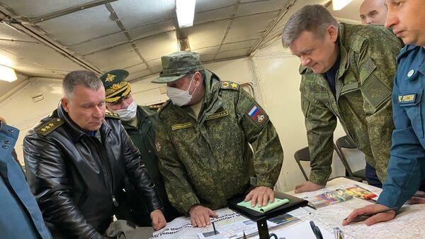 Министр МЧС России Евгений Зиничев и заместитель министра обороны РФ Дмитрий Булгаков проводят совещание по оперативной обстановке в зоне ЧП в Рязанской области.