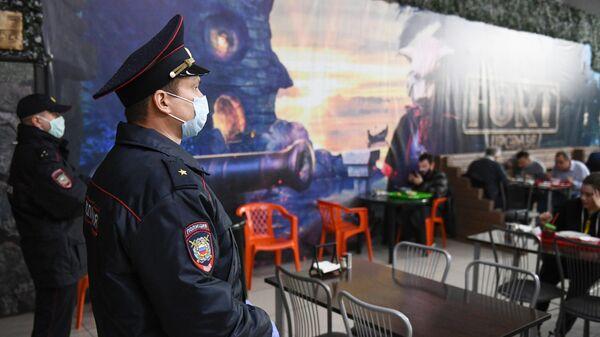 Сотрудники полиции проверяют кафе в торговом центре во время рейда по соблюдению масочного режима в Новосибирске