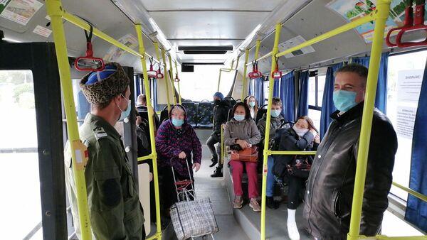 Казачий патруль во время патрулирования общественного транспорта в Оренбурге