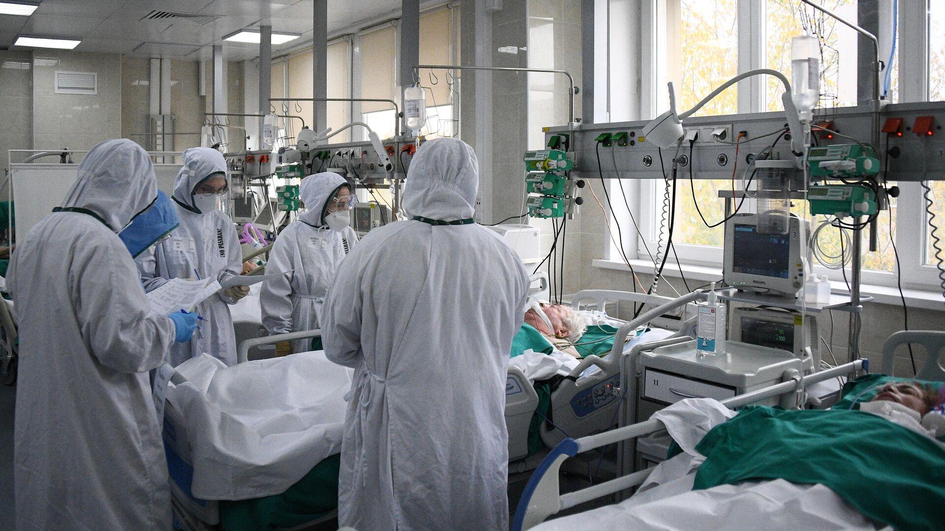 Медицинские работники в отделении реанимации и интенсивной терапии - РИА Новости, 1920, 24.11.2020