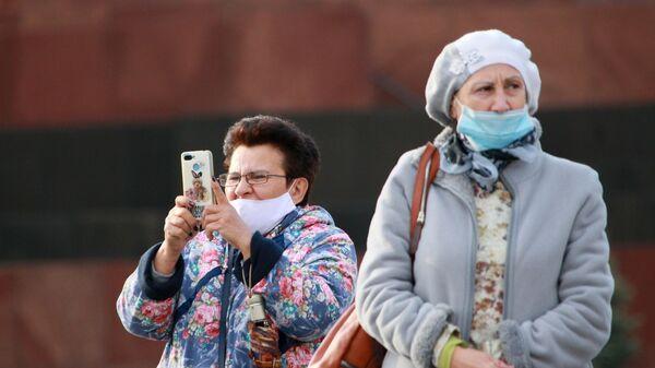 Женщины в медицинских масках на Красной площади в Москве