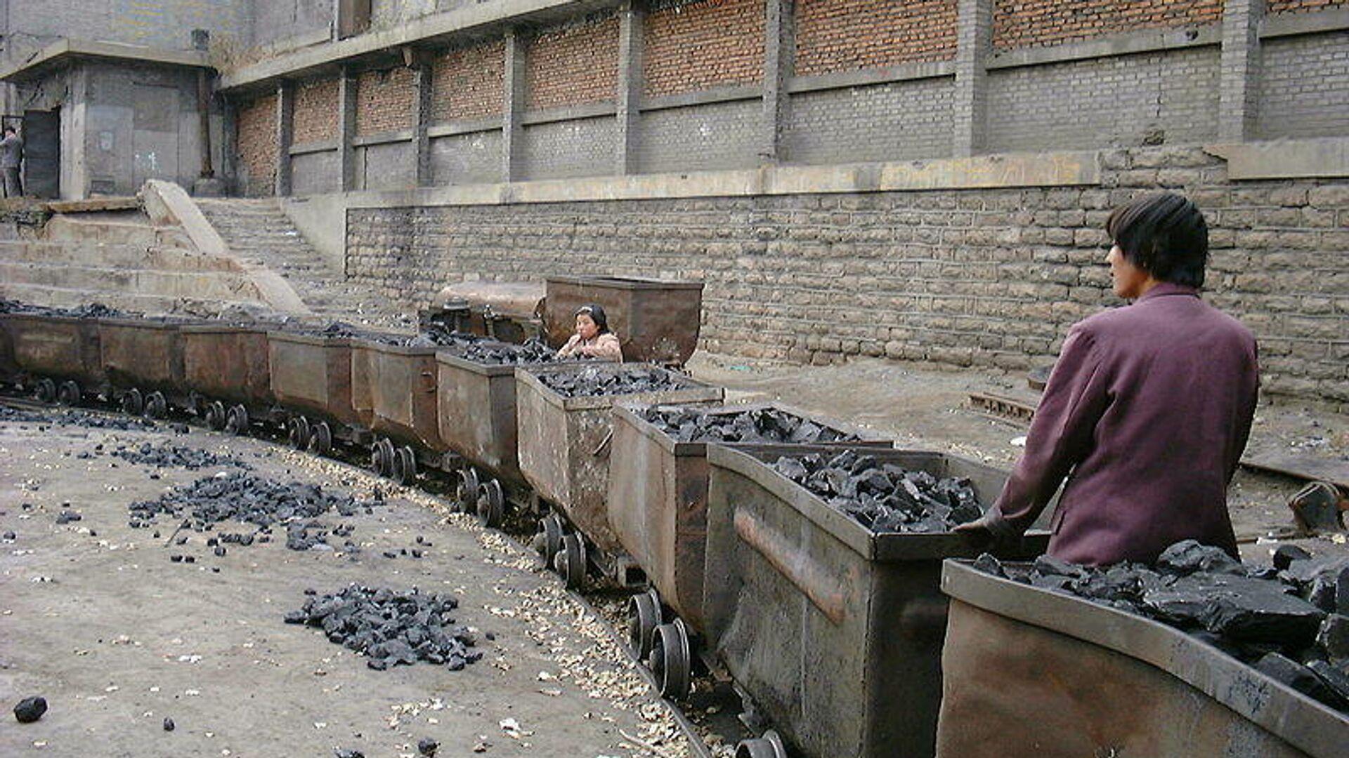 Выборка кусков угля из пустой породы на шахте в Китае - РИА Новости, 1920, 24.01.2021
