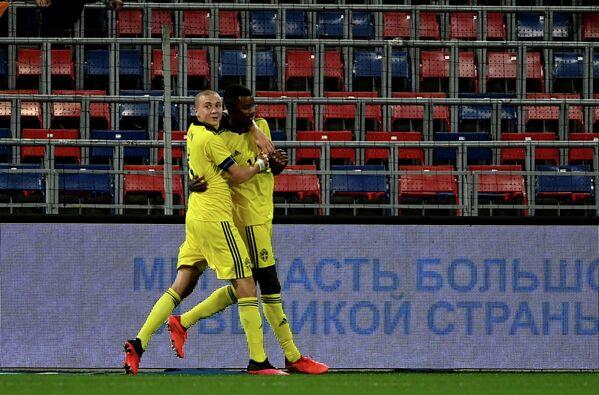 Футболисты сборной Швеции Себастьян Хольмен и Александер Исак