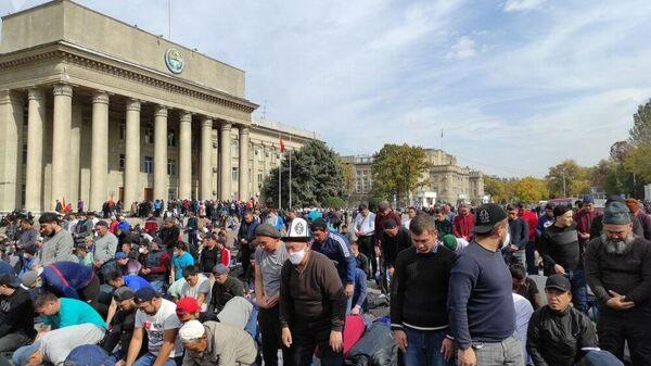 Намаз у Дома правительства Киргизии