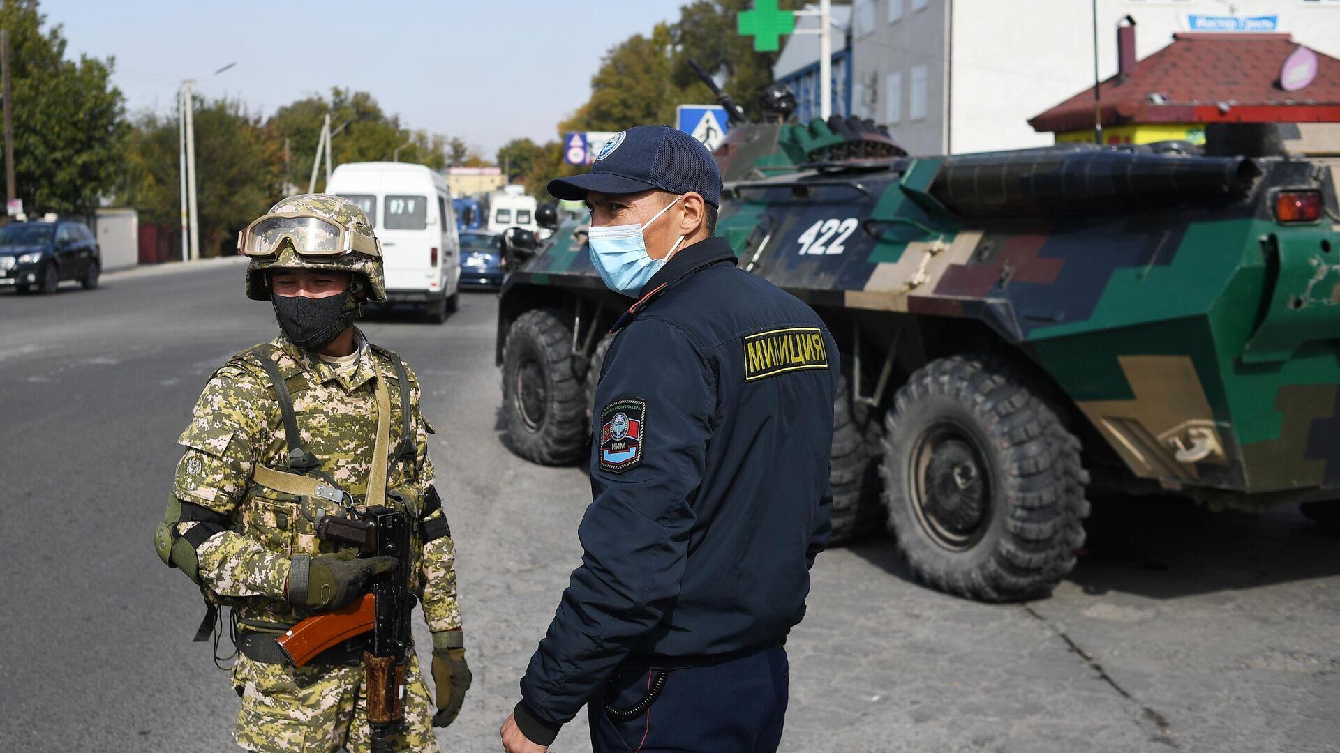 Военнослужащий вооруженных сил Киргизии и сотрудник правоохранительных органов в Бишкеке - РИА Новости, 1920, 12.10.2020