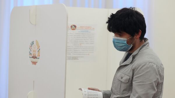 Мужчина голосует на выборах президента Таджикистана в посольстве Таджикистана в Москве
