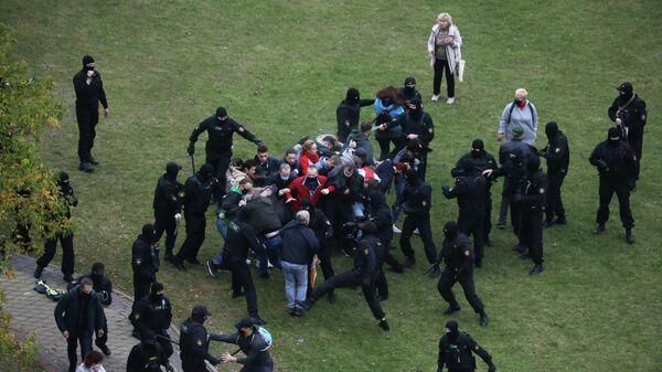 Сотрудники правоохранительных органов задерживают участников митинга оппозиции в Минске. 11 октября 2020