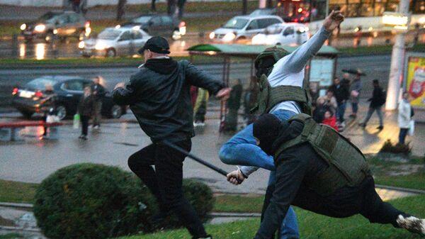 Сотрудники правоохранительных органов задерживают участника несанкционированной акции протеста оппозиции в Минске