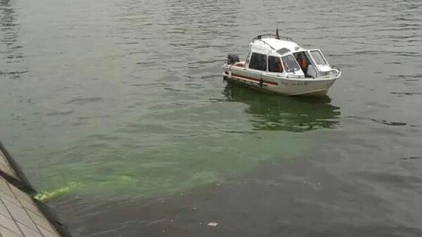 Зеленая вода течет в Москва-реку в центре города