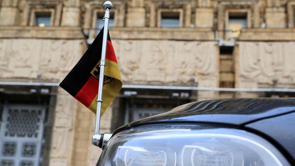 Флажок на автомобиле чрезвычайного и полномочного посла Германии у здания МИД РФ