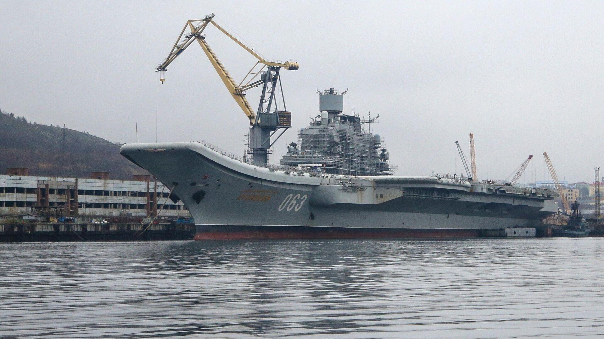 Авианесущий крейсер Адмирал Кузнецов проходит ремонт и модернизацию на 35-м СРЗ в порту Мурманска - РИА Новости, 1920, 27.01.2021