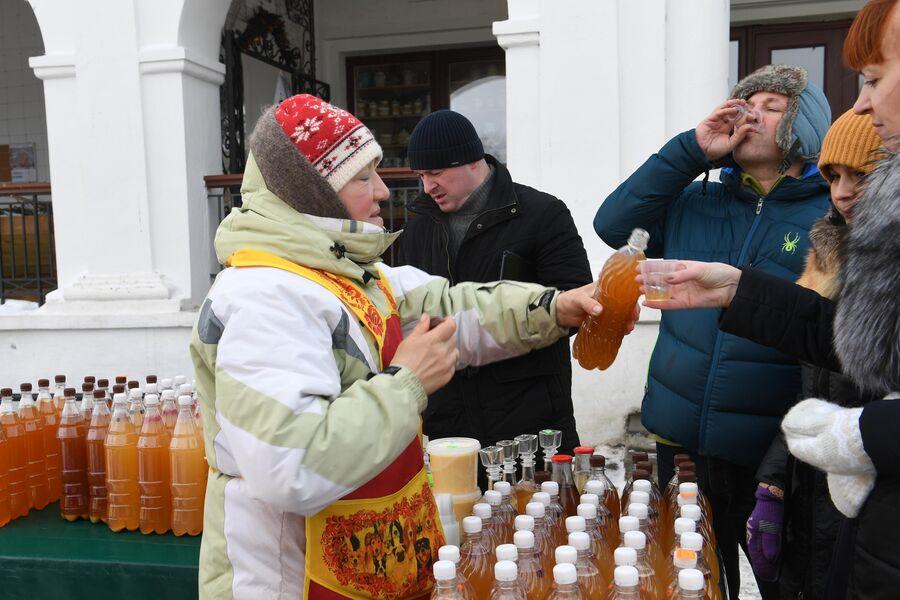 Продажа напитков во время праздничных гуляний в Суздале