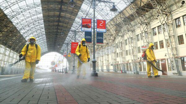 Сотрудники МЧС РФ проводят дезинфекцию платформы Киевского вокзала в Москве