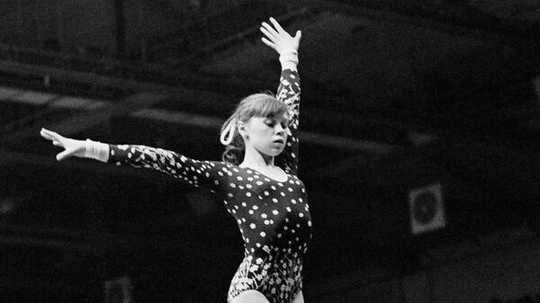 Советская гимнастка, заслуженный мастер спорта СССР Елена Вячеславовна Мухина во время выступления на бревне.