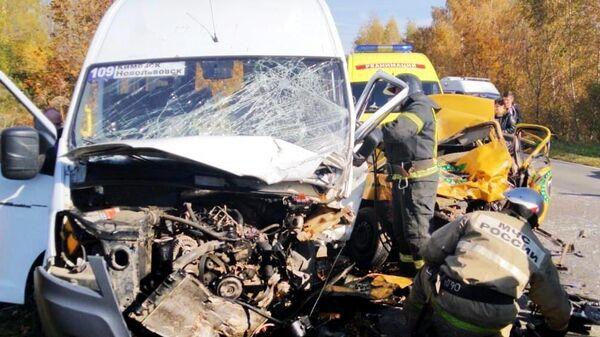 Сотрудники МЧС России на месте дорожно-транспортного происшествия в Тульской области