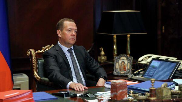 Заместитель председателя Совета безопасности РФ Дмитрий Медведев во время встречи в режиме видеоконференции с президентом РАН Александром Сергеевым