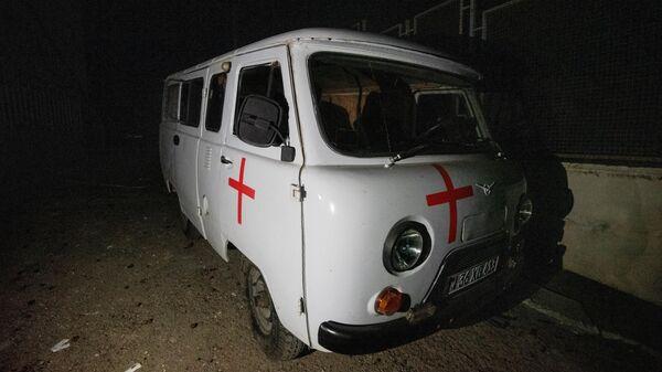 Автомобиль скорой помощи возле больницы, попавшей под артиллерийский обстрел, в Мартакерте