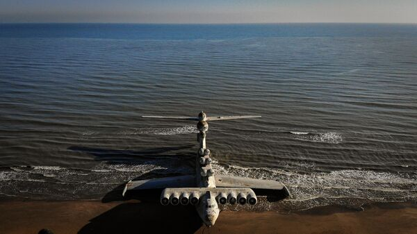 Экраноплан Лунь на побережье Каспийского моря близ Дербента