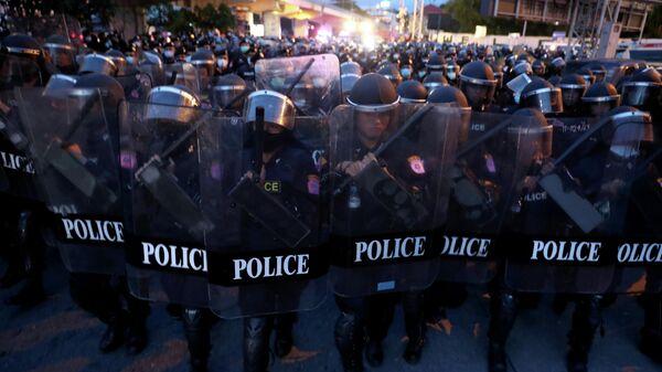 Сотрудники правоохранительных органов Таиланда во время акции протеста в Бангкоке