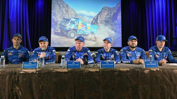 Владимир Чагин (третий слева)